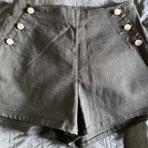 Fine korte shorts der aldrig har været på. Billedet snyder lidt. De er helt sortet