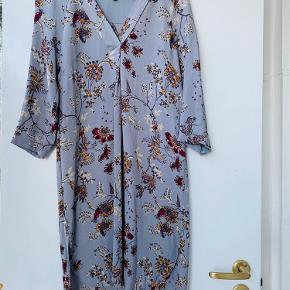 Skøn ny kjole i 100% viscose fra Noa Noa. Kjolen er helt ny, aldrig gået i. Den er en strøelse Small / 34, jeg sender gerne mål hvis det ønskes.