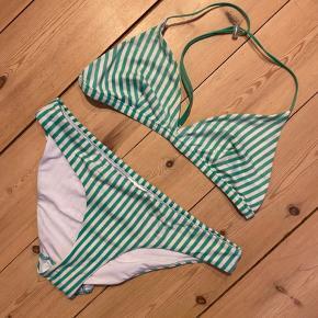 Sælger min grønne/hvide bikini fra weekday🥝. Har klippet str/mærke af, men den passer en str small. Farverne er ikke så tydelige mere, og der er tegn på slid i bikinitrussens stof