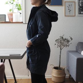 Overgangsjakke med oversize lommer og indsnøring i taljen (se billede 5). Huen kan lynes af hvis man ønsker det.