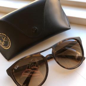 Fine solbriller fra Ray Ban i modellen Brad. Den kan bruges af både mænd og kvinder. Brillen er ikke brugt meget, men ligger blot og samler støv. Har 2-3 små ridser i glasset, ellers er standen fin. Prisen er sat herefter. Skal afhentes på Østerbro eller sendes på købers regning 🤎