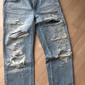 Mega fede jeans fra Closed. Størrelse 25, men svarer til en 26. Hullerne bagpå er ikke gennemgående men har en patch under. De er håndlavede så slitagen er unik. Nypris var 2800kr.