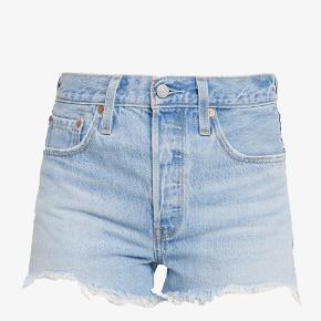 Jeg sælger disse shorts fra Levi's i str. 30, da de er et nummer for store til mig. De er aldrig blevet brugt. Kom med et bud!