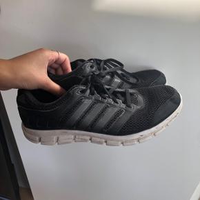 Sort og hvid Adidas løbesko, træningssko, sneakers i str 40 2/3  Kan passes af en str 39 - 40 og måske 41  Unisex , både til mænd og kvinder