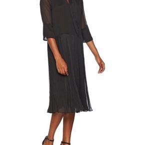 Super fin og feminin kjole. Aldrig brugt. Kan også passes af en str. 36