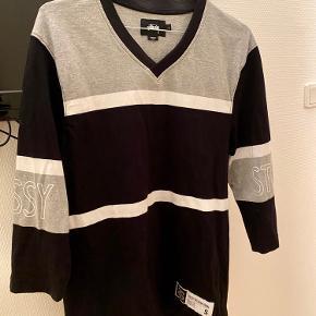 Cool Stüssy trøje 🖤 Brugt 1-2 gange