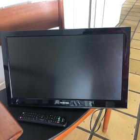 Toshiba fladskærms TV Model: 22dl702n  Der medfølger fjernbetjening samt et beslag og skruer så det kan hænge på væggen. Foden så fjernsynet kan stå, er desværre blevet væk, så medfølger ikke.   https://www.elgiganten.dk/product/tv-radio/fladskarms-tv/22DL702N/toshiba-22-led-tv-22dl702n#  Nogle år gammelt, men fungerer helt som det skal.