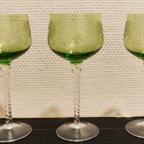 3 krystal vinglas i krystal fra 1950 i flot stand. Højden ca 17/18 cm