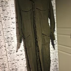 H&M kjole med knapper og bindebånd i grøn Str 38/40  !!! ALT BLIVER FJERNET D 1 MAJ, OG GIVET TIL RØDEKORS OG KIRKENSKORSHÆR !!!