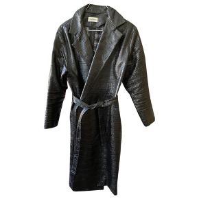 Super smuk jakke fra Toteme.  Den er lagt op og måler nu 107 cm fra skulder og ned.  MP 2000 pp og evt gebyr. Jeg bytter ikke.