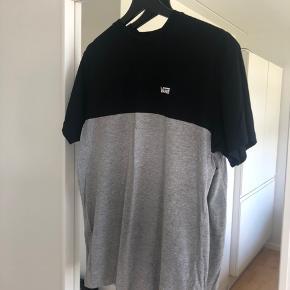 To vans tshirt. Den i grå/sort er str medium og oversize fit. De kan begge købes for 50kr.