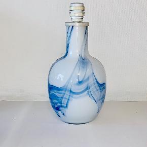 Bordlampe opal med blå sky dekoration. Designet af Michael Bang for Holmegaard. Højde: 36 cm. Diameter: 17,5 cm. Signeret: Nej. Prisen er ekskl skærm
