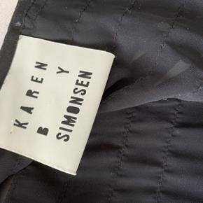 Super flot let åbenstående jakke/cardigan i sort, fra Karen By Simonsen. Kun brugt en enkelt gang, i perfekt stand. Flot både til fest, men også til en par cowboybukser. Fra ikke ryger hjem. Længde 56 cm.