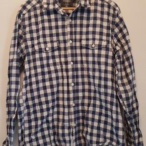 L.O.G.G skjorte i str. L fitted. Skjorten har to lommer på brystet. Stoffet er ternet hvidt og blåt og er i bomuld.