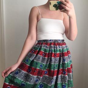 Fin vintage/retro nederdel. Jeg vil tro den er fra 1950'erne. Jeg, som er på billedet, er 165 cm høj. Talje: 66 cm Længde fra linning: 72 cm.  Lavet af bomuld.