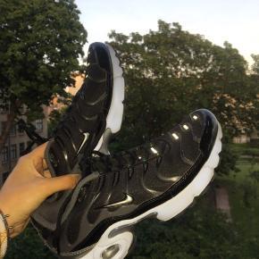 Et par fede Nike TN's, som næsten ikke er brugt! Et par gode sneaks, som jeg sælger da de er for små til mig. Skriv til mig PB, hvis I er interesseret😄😄😄  Pris: 999kr  Størrelse: 39 (normal i størrelsen) Stand: Rigtig god stand  Mærke: Nike  Ekstra: Skoæsken medfølger