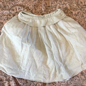En meget fin hvid nederdel fra Petit Bateau. Der er en lille blå plet (fra noget maling) bagpå som ses på 3. billede.