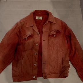 Lækker levis jakke. XL er en overdrivelse jeg bruger normalt M og kan sagtens passe den.