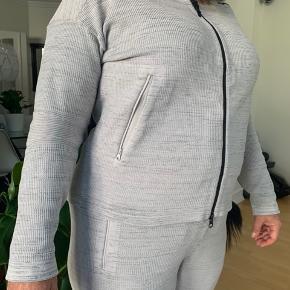 bukser: UK L, trøje: UK L