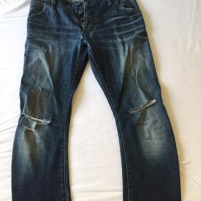 Str 30/32. Jeans der er gået til! Og med tegn på slid