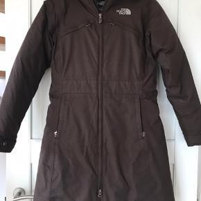 Skøn og varm kvalitetsfrakke. Er så glad for den, men den er desværre blevet for lille. Sender gerne.