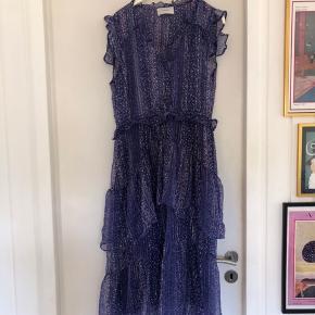 Helt ny kjole i den fineste lilla farve med blomster.  Venligst se mine andre annoncer