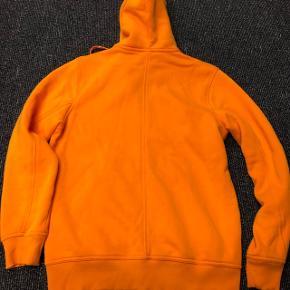 Peak Perfomance sweatshirts sælges. Mandarin farvet. Har været vasket en gang - men har kun hængt i mit skab. Købt på stylepit. Kvittering haves. :)