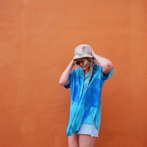 Denne ultraskønne sommersag af en skjorte kan da ikke andet end at skrige på strandfest, kølige isvafler og bare tæer i sand ☀️ Der er en utydelig plet bagpå, som kan skimtes på sidste billede