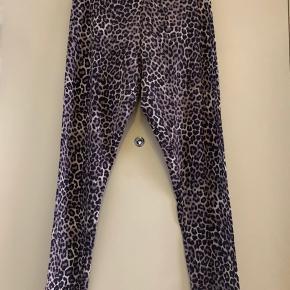 • H&M leopardmønstrede lange leggings.  • str. L.  • brugt een gang.  • skal hentes i København S.