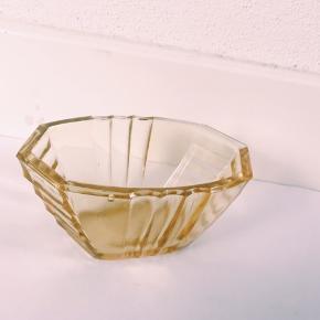 Lille fin mørk gul glasskål. Kan bruges til som nips.