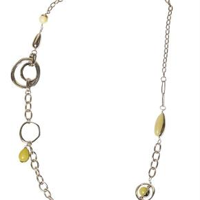Varetype: -=NY=- ECLIPSE HALSKÆDE Størrelse: One Farve: Silver Oprindelig købspris: 1300 kr.  A&C JEWELLERY ECLIPSE HALSKÆDE  Håndlavet smykke fra norske A&C Jewellery Design Oslo.  Skøn halskæde med gule perler. Smykket er belagt med det eksklusive ædelmetal rhodium, der giver et blankt sølvhvidt udseende.  Halskæde er fra A&Cs eksklusive serie Essence. Essence er en høj kvalitets serie, hvor smykkerne er belagt med ægte rhodium eller ægte guld. Smykkerne er dekoreret med kombinationer af halvædelstene, glasperler, perler og perlemor.  Serie: Essence  Model: ECLIPSE  Style: 2054-0163   Varens stand: aldrig brugt