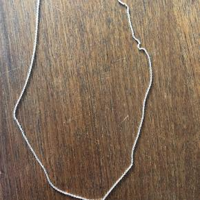 Super fin kæde med vedhæng i sølv. Vedhænget kunne godt trænge til en rensning, hvilket prisen tager højde for :) kæden måler 48,5 cm. Har ikke den originale smykkeæske, men kan sende i en anden, hvis man ønsker det.