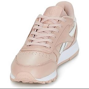 Reebok dame sneakers i pastel rosa Købt for blot nogle mdr men gået med få gange!   Almindelig brugsspor derfra