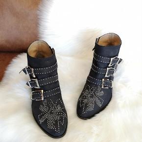 Flotte sorte Chloe ankelstøvler. Slid ses på lædersålen men ellers er de i flot stand og fejler intet. Kun brugt en håndfuld gange. De kan ses på Christianshavn. Str 39. Mp 4500 kr.
