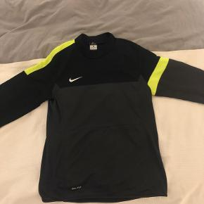 Bemærk: Langærmet træningstrøje og ikke decideret jakke.  Sælger denne Nike langærmet træningstrøje i størrelse medium, da jeg ikke får den brugt. Den er sammenlagt brugt 5-6 gange og fremstår i rigtig god stand. Er købt hos Unisport i 2015. Er velegnet til fodbold og perfekt som yderste lag til træninger på kølige aftenener.  Kan afhentes i Hellerup eller sendes med DAO på købers regning.