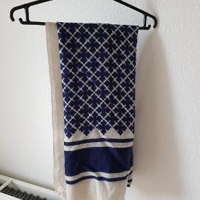Mega smukt og blødt tørklæde i ikoniske by Malene Birger mønster. Mønstret er blå/mørkeblå 💙  100% uld og kradser ikke !   Jeg har brugt det minimalt, og har vurderet standen derefter. Der er et sted hvor tørklædet er løbet en smule (se billede) men tørklædet er så stort, at det synes jeg ikke man ser. Derudover trænger det evt til en rens da det har  været pakket væk længe!   Kommer fra ikke-ryger - og dyrehjem. Nypris 899kr.  Kan afhentes i Charlottenlund eller sendes med DAO på købers regning 💎