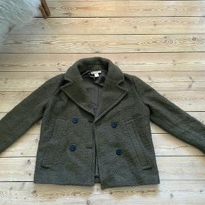 Kort frakke i uldblanding i meget fin stand. Kan sende flere billeder, hvis interesse.   Kan afhentes i Nordvest, københavn. Evt. fragt betales af køber.