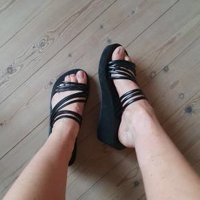 Lækre sorte sandaler med plateau, som giver et cool retro look.