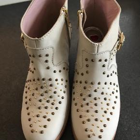 Varetype: Støvletter Farve: Multi  Så fin kort støvle. Aldrig brugt.  Bytter ikke.