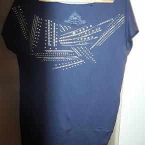 Flot bluse fra Esprit, str. XXL, med sten og nitter. Brystvidde ca. 110 cm.  Bluse Farve: Blå