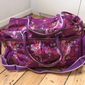 Stor rejsetaske, taske i flot blomster mønster. Farver: rosa, pink, lilla, sort m.m.  Har mange indvendige og udvendige rum.
