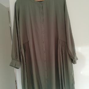 Masai kjole str.M, brugt 1 gang , fremstår som ny. Brystmål 2x58cm, længde foran 98cm, bagpå 102cm. Nelly Shirt Dress, efterårskollektionen 2019. Farve. SEA SPRAY.  Nypris. 799kr Sender gerne med Dao.
