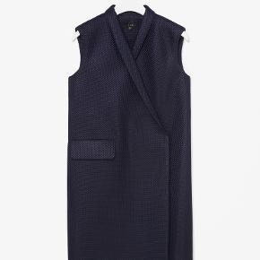 flotteste grafiske vest kjole fra COS - mest lignende stof ( 100% polyester ) med bomulds for i lommer ,på betrukne trykknapper og som pipings indvendigt - super stand - så pæne detaljer - lige op og ned fit - pæn med en skjorte eller en tyd strik trøje under  -kan bruges både åben og lukket str 44 passer - jeg er en 40/42 og den passer også mig fint  Length 98 Chest 55 Hip 62  ingen bytte og har ikke mulighed for at mødes og handle