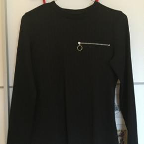 Fin bluse fra Monki, med lynlås detalje  Fejler intet  Str. Small  Mp 80kr