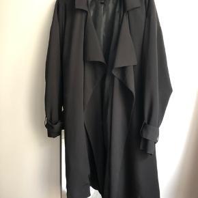 Sælger denne trendscoat fra Monkii, da jeg desværre ikke får den brugt. Str. S  Kan sendes på købers regning eller afhentes på Amager