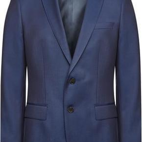 Varetype: Blazer Farve: Marine Oprindelig købspris: 2900 kr. Materiale: Virgin Wool Størrelse: 48 = Small  King Of Suits - Hugo Boss str. 48 Flot figur syet blazer / habit jakke Aldrig brugt udenfor prøverummet.  Billede 1 viser snittet = Regular Slim Blazeren er blot en lidt mere eksklusiv, med andre knapper, for og farve. Har forsøgt at fange detalje forskellene på mine efterfølgende billeder. Hvis i trykker på billederne får I et lidt større overblik over  fotoet.  Se også mine andre annoncer med mærkevarer af super høj kvalitet og stand.