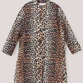 """Sælger denne smukke jakke fra Ganni.  Modellen hedder """"Fabre Cotton"""" i farven """"Leopard"""", og er indvendigt belagt med silke. Den er købt i sommeren 2017 i Ganni's flagshipstore i Kbh. Det er en str. 36, har to ydre lommer, én inderlomme og er en god forårs/sommer og overgangsjakke med en sweater under.   Den er blevet brugt nogle gange, men fejler absolut intet og er derfor i super stand!  Nyprisen er 1999,-   Køber betaler fragt, og de udgifter der yderligere måtte være.   BUD ØNSKES!"""