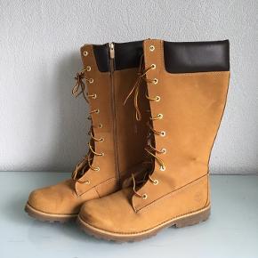 Flotte originale Timberland støvler. Lynlås på indersiden. Brugt et par gang, ingen slid på sålerne. Har mindre mærke på venstre front, derudover står de rigtig flotte og velholdt.