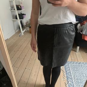 Fin læder nederdel fra Just Female. Den er aldrig brugt ☺️ Nypris 1.500 kr.