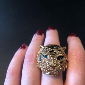 Sælger denne unikke og smukke vintage Tiger ring  Jeg har haft den i ti år og den har ikke mistet farve eller sten Jeg kender ikke til oprindelsen andet end at den er i guld eller belagt med guld  Den står fuldstændig som ny og skulle være over 20 år gammel